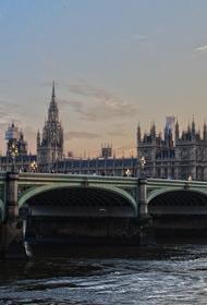 В Лондоне мужчина с ножом совершил нападение на полицейских и ранил их