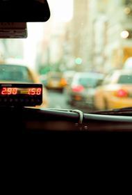 Таксист долго искал москвичку, которая по ошибке дала ему почти 200 тысяч за поездку