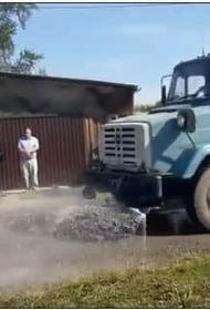 Чиновники Серова объяснили, зачем помыли грунтовую дорогу к приезду губернатора