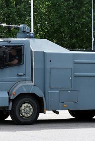Полиция Латвии готовится к протестам: водометы, ограждения, предупреждения