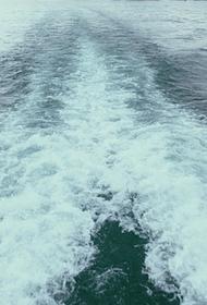 Перевернувшийся во время шторма в Крыму катер затонул