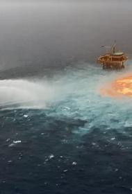 На морской платформе в Мексиканском заливе произошел взрыв, огонь вырывается из-под воды