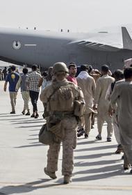 Журналисты сообщили, что в аэропорту Кабула после перестрелки вспыхнул пожар