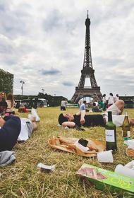 Французы устроили пикники возле пустующих ресторанов, где требуют «ковидные паспорта»