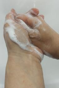 Из-за пандемии челябинцы перестали пожимать друг другу руки