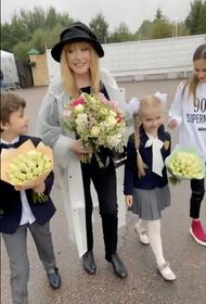 Пугачева в необычном наряде проводила детей в школу