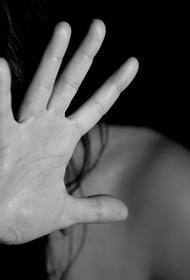 Полиция девять раз отказывалась возбуждать дело против мужчины, который избивал супругу и угрожал ей ножом