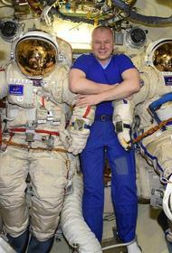 Российские космонавты Новицкий и Дубров провели в открытом космосе семь часов