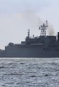 Морпехи СФ отработали погрузку техники на БДК в порту Балтийского моря