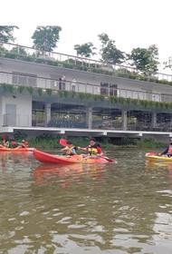 В Сингапуре на каяках можно кататься бесплатно, если во время гребли вы будете собирать речной мусор