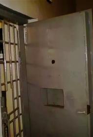 Латвия: пьяная женщина устроила дебош и сорвала двери с петель изолятора