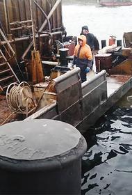 Нефть с затопленной баржи вытекла в Обь