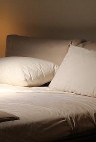 Доктор Мясников заявил, что сон на спине не провоцирует развитие болезни Альцгеймера