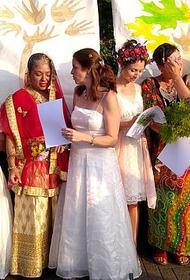 70 женщин «вышли замуж» за десятки деревьев в отчаянной попытке предотвратить их вырубку
