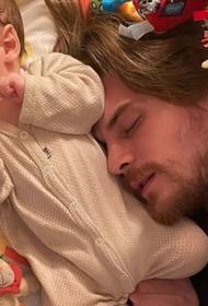 Фандера показала фотографию спящего Ивана Янковского с маленьким сыном