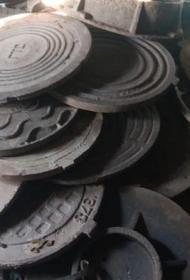В Челябинске схватили похитителя 30 крышек от колодцев