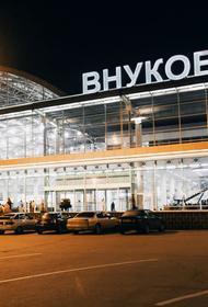 Мужчина забрался под крышу аэропорта Внуково