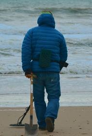 Собираясь на пляж в Крыму, полезно захватить с собой металлоискатель