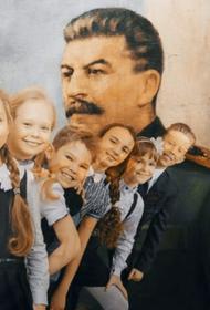 В школе Красноярска в День учителя прошел концерт на фоне портрета Сталина