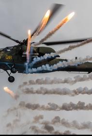 В ЗВО ударные вертолёты армейской авиации выполнили манёвры с боевой стрельбой на предельно малых высотах