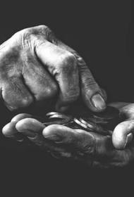 Латвийский юрист предложил снизить пенсии на 50% невакцинированным