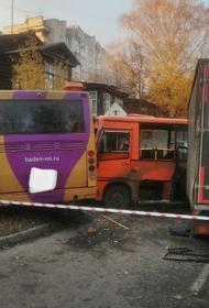 Пятеро пострадавших при столкновении двух автобусов и грузовика в Нижнем Новгороде госпитализированы