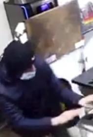 Минобороны РФ: в Новосибирске военнослужащий обезоружил грабителя в супермаркете