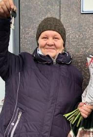 Блогеры купили квартиру омской пенсионерке, которая 35 лет прожила в бочке