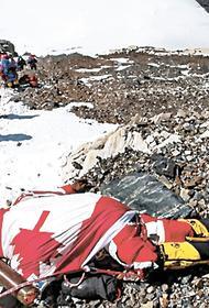Эверест уже засыпан трупами, а восходителей всё больше и больше