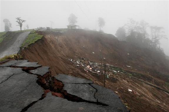 Оползень в Боливии повредил более десятка жилых домов