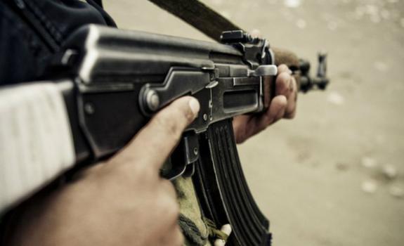 В сеть попало видео, как депутат Госдумы открыл стрельбу из АК-47 во дворе жилого дома