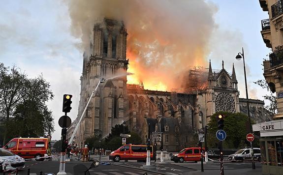 """""""Убийца"""" Рима напал на Париж. Последствия пожара в Нотр-Дам-де-Пари"""