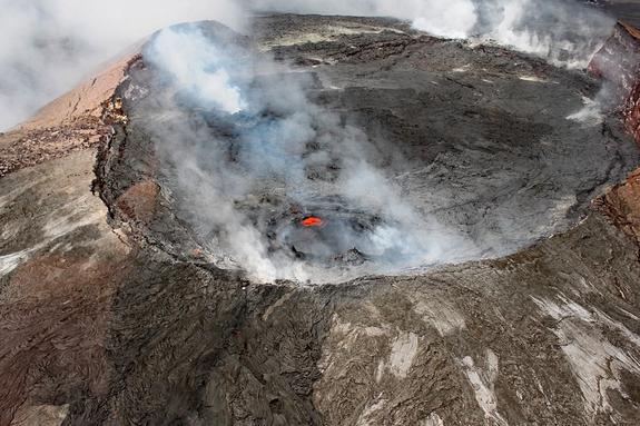 Любопытный турист упал в кратер действующего вулкана на Гавайях и чудом выжил