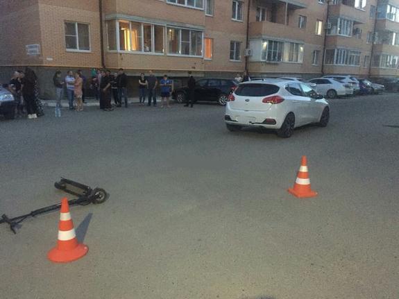 Под Краснодаром, врезавшись на электросамокате в иномарку, погиб подросток