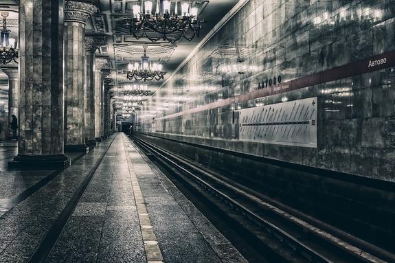 Женщина упала на рельсы в петербургском метро