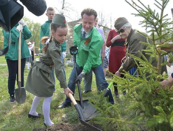 В челябинском сквере Дочерей Отчизны высадили новые деревья