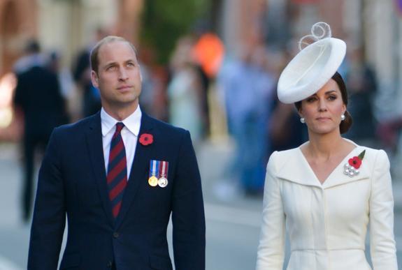 Принц Уильям и герцогиня Кэтрин познакомились со своим новорожденным племянником