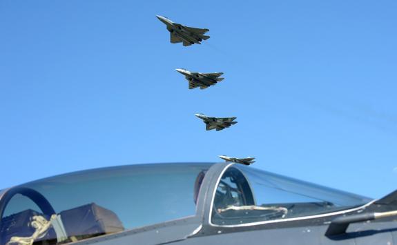 Видео, как Путин после  полета в сопровождении шести Су-57, поговорил с военными летчиками