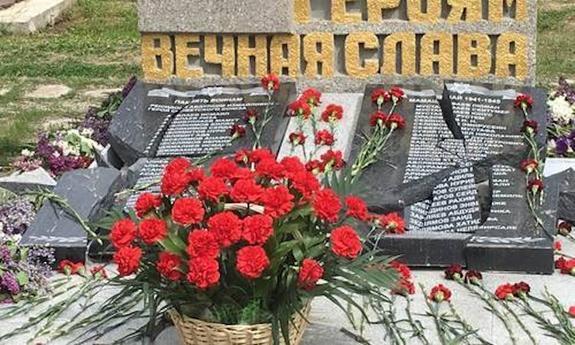Вандалы разбили гранитные плиты, на которых были высечены имена погибших в годы ВОВ крымских татар