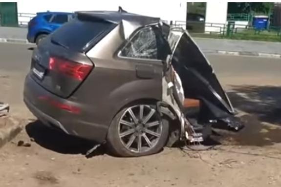 Видео: В пятницу на юге Москвы  иномарку  разорвало пополам после ДТП