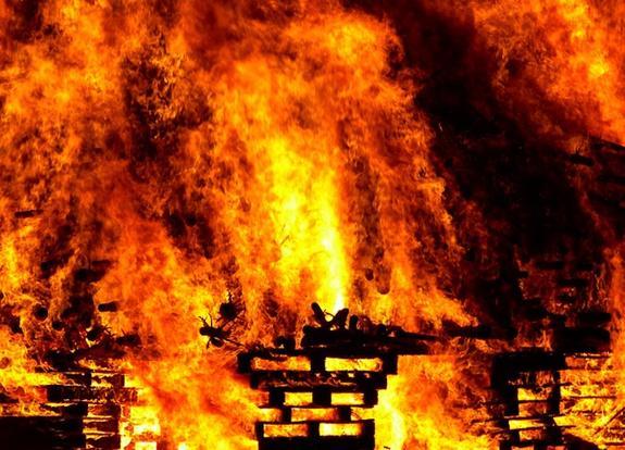 Чердак жилого дома загорелся в центре Москвы