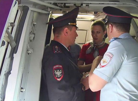 Пассажирка, обвиняемая в драке с представителями авиакомпании, утверждает, что ее кто-то напоил водкой