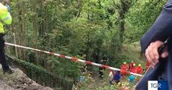 В ДТП с туристическим автобусом в Италии погибла женщина. Появилось видео с места аварии