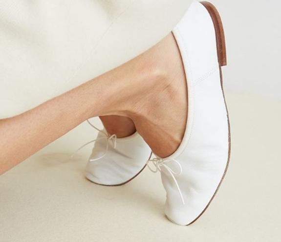 Ноги модели необычной формы активно обсуждают пользователи в Сети
