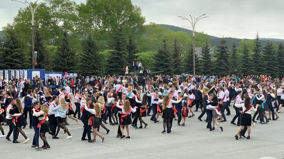 Выпускники школ в Златоусте провели танцевальный флешмоб