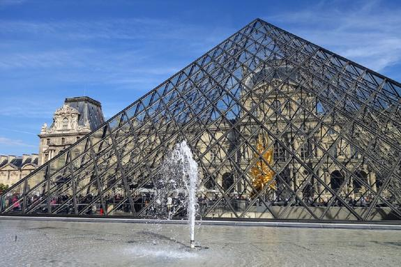 """Парижский Лувр закрыт для посетителей из-за """"нехватки воздуха"""""""