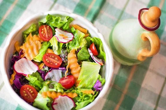 Диетолог: как правильно питаться в жару