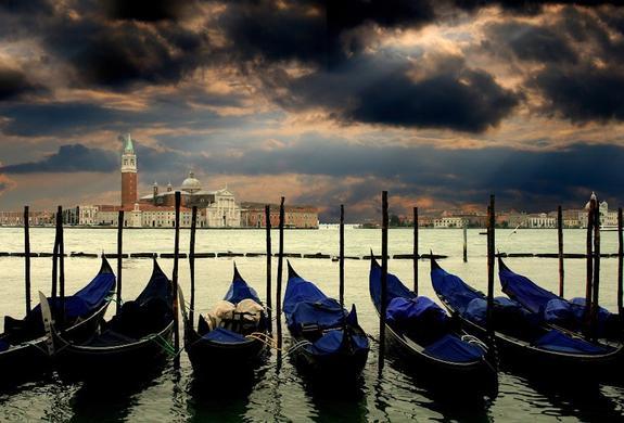 В Венеции круизный лайнер протаранил туристическое прогулочное судно