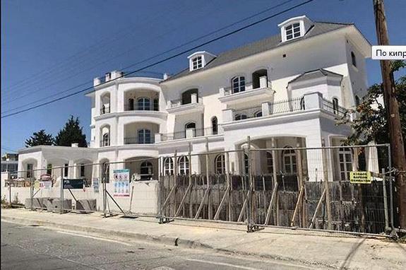 На этот раз обошлось без гаргулий, Алла Пугачева и Максим Галкин заканчивают строительство особняка на Кипре