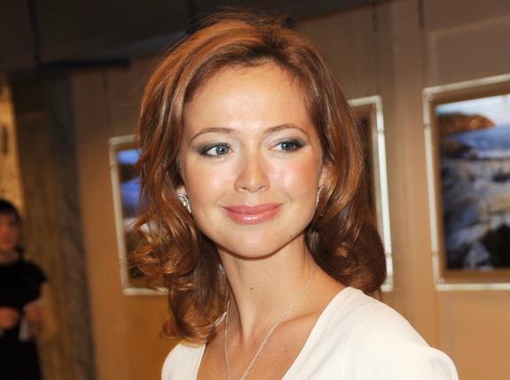 Актриса Елена Захарова продемонстрировала идеальную фигуру в платье с открытой спиной
